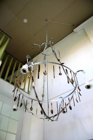Kronan är gjord av bestick som Ernst hittade i köket i herrgården.