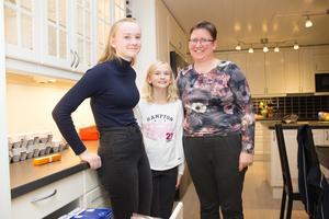 Emma med sin syster Saga och mamma Carina.