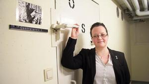 Anna Nilsson, beredskapsansvarig på Norberg och Fagersta kommuner, visar upp ett av Fagerstas 187 skyddsrum. Det ligger i källaren till Fagerstas kommunhus och hyser kommunens arkiv.
