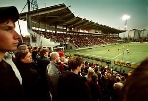 Nya läktaren var delvis klar till seriepremiären i april 2003. Fotograf: Stig Nyström/NA