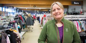 Helen Ajdert Erlandsson är butikschef för PMU Second hand i Köping. Att flytta just när kunderna lärt sig hitta är inte bra, men den nya lokalen har ett fantastiskt läge som väger upp det, menar hon.