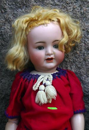 Antik leksak. Dockan från sekelskiftet såldes till en Orsabo för 2 500 kronor. Foto:Jeanette Lundbeck