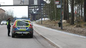 Den 8 april 2017 inträffade knivskärningen nära en busshållplats i Avesta. Polisen spärrade av ett område för teknisk undersökning. Foto: Torbjörn Wåhlin