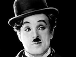 Organisten Jonathan Hope improviserar till Charlie Chaplins komedistumfilm