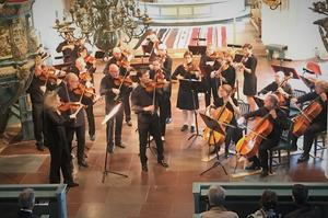 27 stråkmusiker stod upp men de fem cellisterna satt ned.