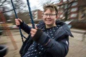 Malin Lindén har själv en autismdiagnos. Hon är lugn på utsidan, men inom henne är det ofta kaos – hon beskriver det som en sprudlande regnbåge.