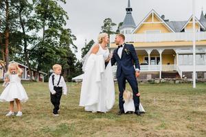 4 augusti var det bröllop mellan Pernilla och Viktor Lundin med stor fest i trädgården.