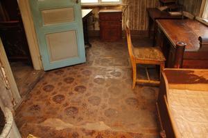 """Det gamla golvet på kontoret är nött. """"Troligen lades det in någon gång på 1940-talet"""", säger Kalle Andersson."""