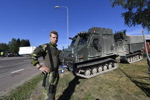 Mårten Garsten, från Ledningsregementet i Enköping med den nya bandvagnen.