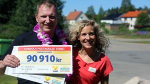 Per-Olov Bergman fick två resepresentkort på vardera 90 910 kronor från Sandra Dahlberg och Postkodlotteriet.