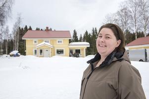 Kristine är stolt och nöjd över sitt hem som hon byggt med sin pappa. Till våren finns det planer att börja med en altan och ett utekök. Knutbrädor ska upp och stuprören, det finns alltid något att göra.