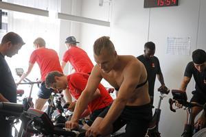 Rask på träningscykeln för ett försäsongspass med Örebro Hockey.