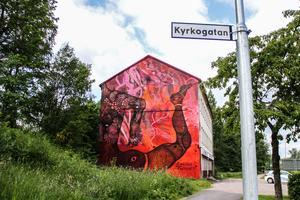Carolina Falkholt har nyligen restituera väggen i Avesta, då det hade lossnat färg längst ner. Det tillkom också fler kroppsdelar. Den ena kroppen förlängdes in i en yogaposition.