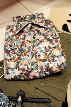 Mixa ett par khakibyxor med en mönstrad skjorta för ett trendig look i vår.