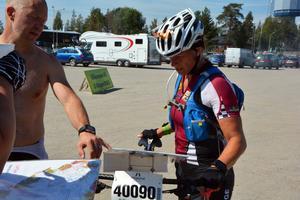 Helene Ripa diskuterar vägval efter målgång.