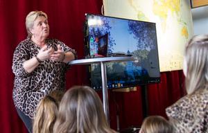 Under onsdagen berättade Eva Andersson för friskolan Tallbackens elever om sitt arbete bland flyktingarna i Grekland. På kvällen hölls en öppen föreläsning.