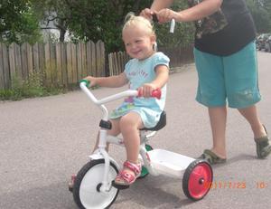 En lycklig tjej som heter Julia Boström  som är överlycklig när mormor köpt en cykel åt henne i 2-årspresent. När dessutom storebror Jim kan putta på så går det ännu bättre. Mera, mera ropar Julia som nästan når till pedalerna!