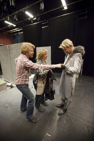 Kookaburran och sjöhästen: Stina Wollter gör scenografi och kostym, Marie Skönblom gör sjöhästen, Kalle Seldahl regisserar och Kalle Zerpe gör kookaburran.