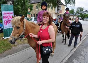 Anna Jonsson, Krokvågs Landsbygdsidyll, svarade för marknadsritt på islandshäst. På bilden rider Asma och Farida. Den som leder Faridas häst är Karolin Etiksson, Bispgården Foto: Ingvar Ericsson