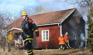 Det brandskadade torpet ligger i anslutning till en annan gård i Söräng. Närboende lyckades få ut en del möbler ur huset.