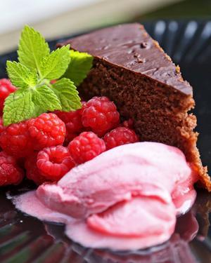 Chokladtårta med hallonsorbet på färska bär rundar av måltiden på ett magnifikt sätt.