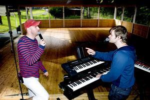 Michael Mårtensson och Christian Lindholm testar ljudet innan parken öppnar.