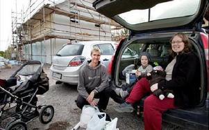 Nytt hus betyder mindre jobb när allt väl är klart, tycker Stefan Heinås och Beatrice Heinås, med barnen Felix 3 år och Noah, 2 månader. De tycker att alla val i inredningen har gått ganska enkelt.-- Det kanske beror på att vi inte har för stora krav. V