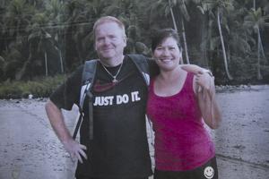 På stranden. Lars Åkerman med sin fru Jonalyn i hennes hemtrakter på Filippinerna. Foto: Privat Jag känner mig faktiskt uppgiven. Lars Åkerman