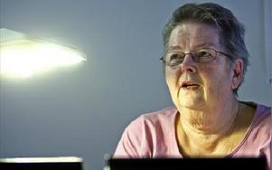Gullvi Svensson ger själv omsorgen i kommunens äldreboende betyget fem av tio. Hon känner oro inför tanken att flytta till ett äldrehem.-- Jag är rädd för att personalen inte ska kunna komma när man verkligen behöver. Särskilt om det fortsätter så här,