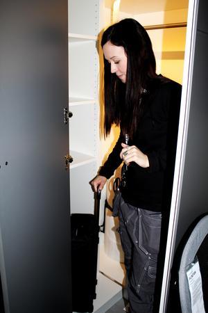 Pernilla Jansson visar garderoben i gaming-rummet.