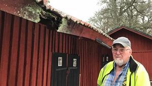 Lennart Persson berättar att ett träd som växte nära huset orsakade skadorna på taket.