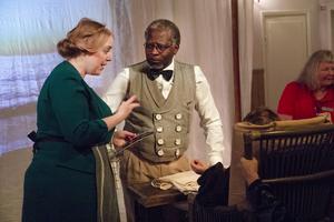 Karaktärerna Handduk och Klocka pratar med Algot Källman efter föreställningen.