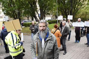 Ett 20-tal demonstranter demonstrerade på måndagen mot försämrad färdtjänst.