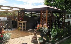 Uteköket är Tommy och Monica Nilssons favoritplats i trädgården. Här lagar de all mat under sommarmånaderna.