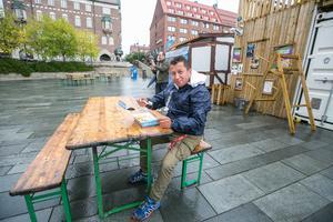 """En av de första att sittande äta lunch på onsdagen var Jhon Jairo Salgado från Östersund. Han kom till Sverige 2012 från Colombia och deltog i matmarknaden med sitt företag """"Colombianska kaffe och glass""""."""