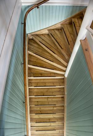 Många lager färg är bortskrapat på den gamla trappen och pärlsponten är målad i en turkos/mintgrön färg.