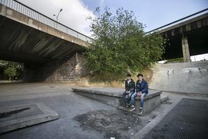 Flyktingarna Hassan och Jamal, som lämnat Sverige för Frankrike, tvingas ofta sova på gatan.