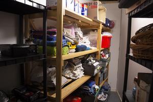 I förrådet finns bland annat  tvättmedel, tvål, schampo och handdukar att tillgå.