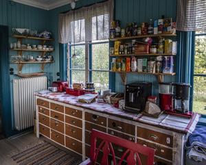I köket står den gamla köpmandisken från tiden som butik kvar.