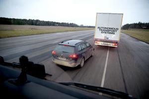 Om en personbil kommer in mellan lastbilarna ökas avståndet automatiskt och en lagom stor lucka skapas.