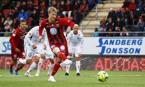 1-0 på väg. Simon Kroon lurar Kalmarmålvakten Lucas Hägg Johansson åt fel håll och rullar lugnt in bollen i mål. Foto: TT