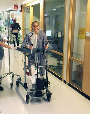 Två dagar efter den stora operationen var Johanna Haräng uppe och gick för första gången med sin nya lever. Bild: Privat
