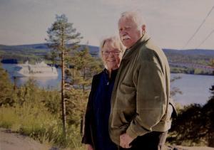 Åke och Ingrid Nordin på en bergsknalle ovanför Högakustenhotellet med m/s Birka i bakgrunden.