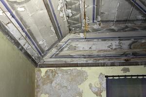 Kraftig vattenskada på tak och vägg i byggnadens västra del. Foto: Ewa Björdell
