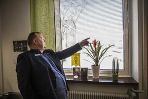 Göran Törnqvist har uppsikt över stora delar av skolgården från sitt kontor: