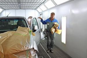 Simo Sivén tar bort skyddssplasten från en nylackad bil på Tre-Kå:s i Västerås.