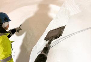 De skulpterade med motorsåg och isjärn och skrapade fram olika mönster i ytorna. Foto: privat