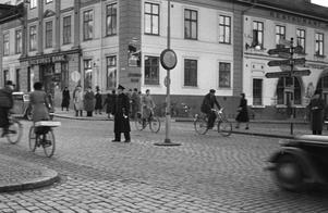 Patrullerande polis vid Drottninggatan och Trädgårdstorget. Fotograf: Erik Arlebo