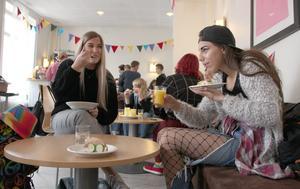Linn Christensen, 18 år och Sarah-Jeanette Solstrand, 13 år, njuter av lesbisk frukost.
