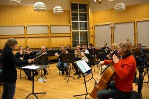 För Sundsvalls Orkesterförening och dirigenten Eva Lauenstein gäller det att hålla tungan rätt i munnen och komma ihåg alla nyinsatta repriser i musiken. De kommer sig av att texten nu ska läsas på två språk i stället för ett och varje läsning blir dubbelt så lång.